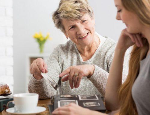 Contar histórias ajuda a afastar risco de depressão em idosos
